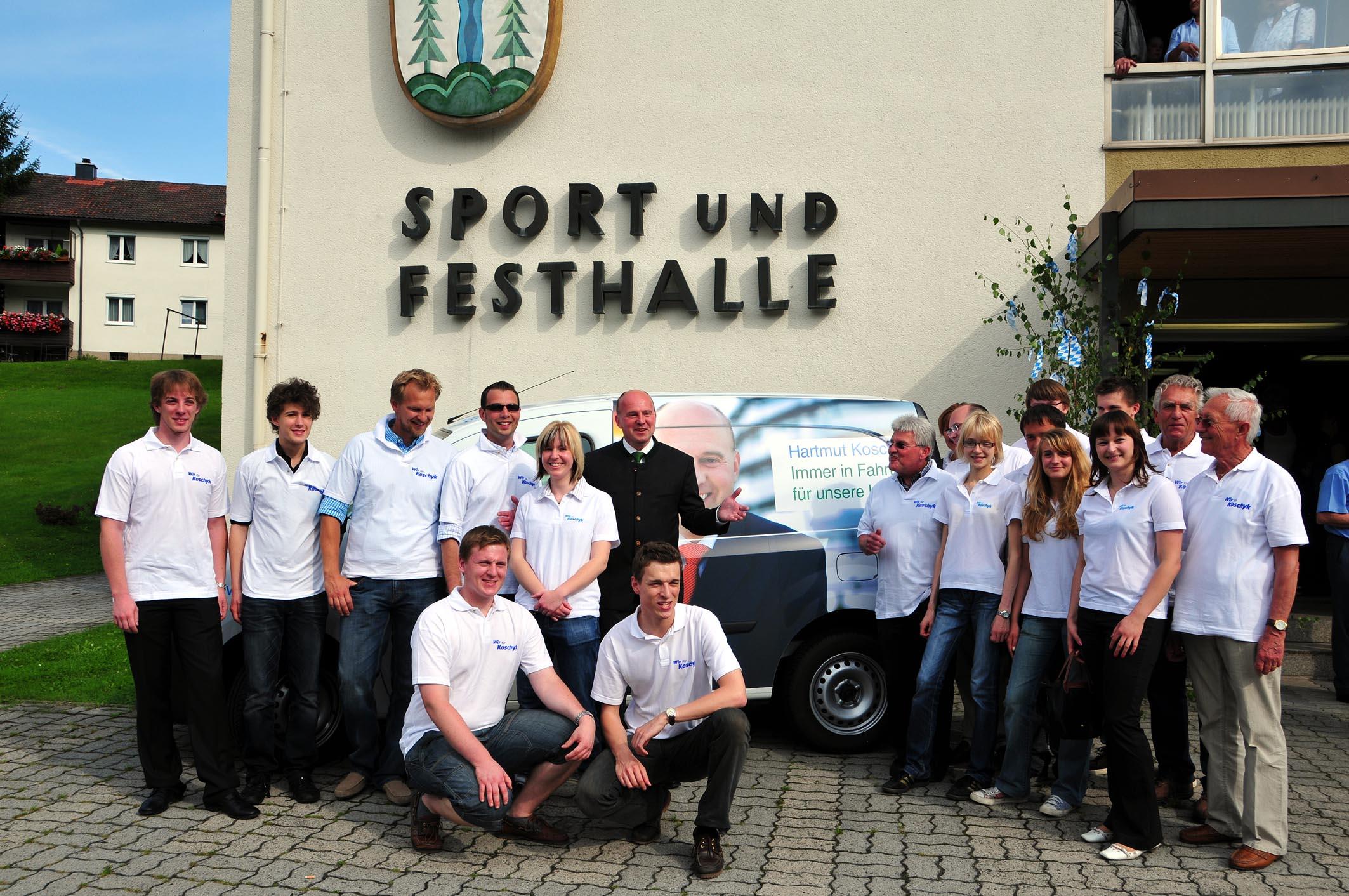 Mitglieder der Initiative WIR FÜR KOSCHYK vor dem neuen Wahlkampfmobil