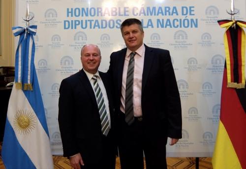 Bundesbeauftragter Hartmut Koschyk mit dem argentinischen Abgeordneten Alex ZieglerDSCF0375 (500x344)