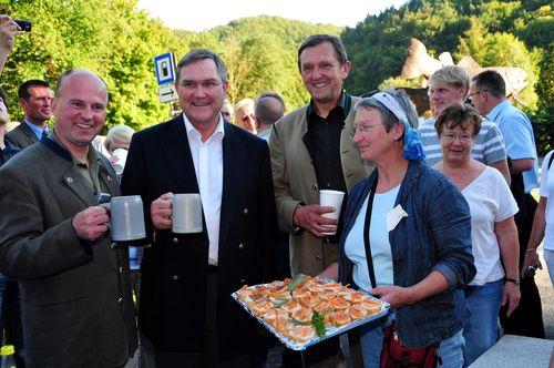 Stärkung beim Forellendenkmal mit Fischspezialitäten der Firma Schwegel aus Wüsenstein und mit dem berühmten Höhlendrung der Bujttenheimer Brauerei St. Georgen