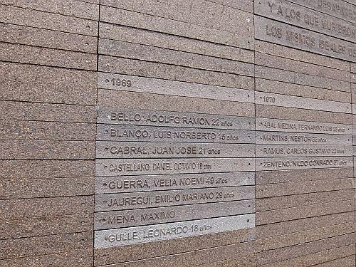 an die bislang namentlichen bekannten Opfer der Militärdiktatur in Argentinien wird nach den Jahren ihres Todes erinnertDSCF0351