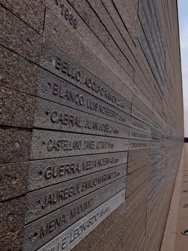 an vier Stelen-Wänden sind die Namen der bekannten Todesopfer des argentinischen Staats-Terrorismus angebrachtDSCF0352 (375x500)