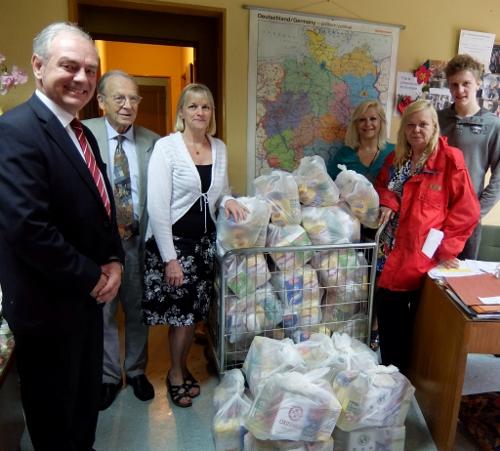 bei der Deutschen Wohltätigkeitsgesellschaft in Buenos Aires erhalten bedürftige Deutsche Lebensmittel-Pakete DSCF0309 (500x451)