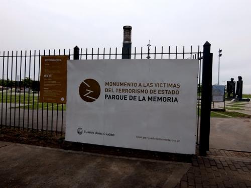 der Eingang zum Park der Erinnerung in Buenos Aires DSCF0367 (500x375)
