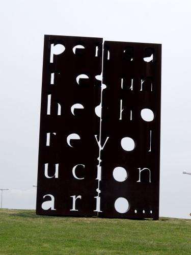 eindrucksvolle Kunstwerke im Park der Erinnerung zum Gedenken an die Opfer der Militärdiktatur in Argentinien DSCF0348 (375x500)