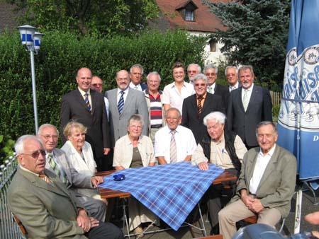 Die Gründungsmitglieder der Senioren Union im Landkreis Bayreuth zusammen mit CSU-Kreisvorsitzenden Hartmut Koschyk MdB (4.v.l.), SenU-Bezirksvorsitzender Jürgen W. Heike (6.v.l.), Monika Hohlmeier MdEP (11.v.l.), SenU-Landesvorsitzender Prof. Dr. Konrad Weckerle (5.v.r.) und Walter Nadler MdL (2.v.r.)