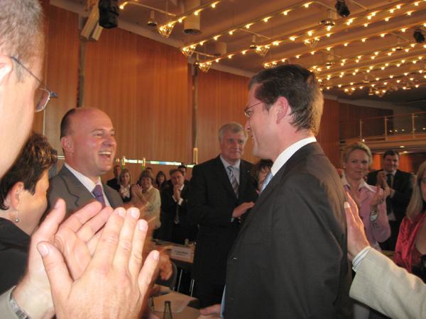 Hartmut Koschyk MdB gratuliert Dr. Karl-Theodor zu Guttenberg zu dessen hervoragendem Wahlergebnis.