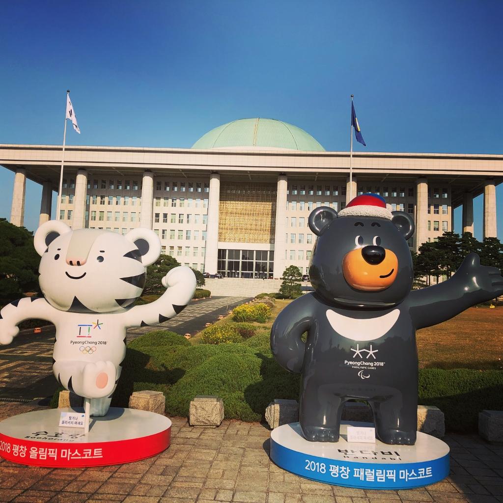 IMG_0168Koreanische Nationalversammlung mit Maskottchen Olympische Winterspiele (1024x1024)